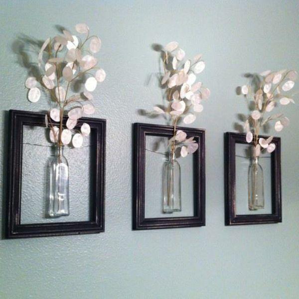 wanddekoration aus weißen blumen in kleinen gläsernen vasen - drei ... - Dekoration Wohnung Ideen