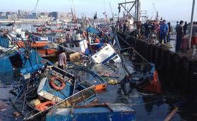 Barcos de pesca afundados no porto, em Iquique, após um forte terremoto de 8,0 graus de magnitude, que atingiu a costa do Pacífico do Chile. Foto: Aldo Solimano / AFP