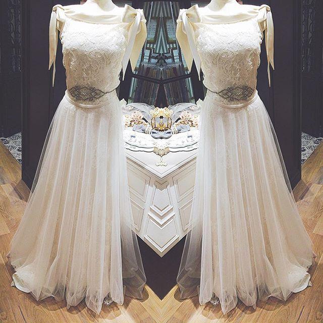 #WEDDINGBOX#bridesandguests#ウェディングボックス#wedding#dress#ウェディング#ドレス#オフショル#リボン#レース#綺麗#繊細#チュール#インポートドレス#東京#ルミネ有楽町 . . **👗 . 肩のリボンが可愛らしさを演出👀 . ウエストから流れるチュールがとても繊細で上品が溢れるどれすです✨ . . 〠100-0006 東京都千代田区有楽町2-5-1ルミネ有楽町ルミネ2B2F ☎︎03-6206-3930