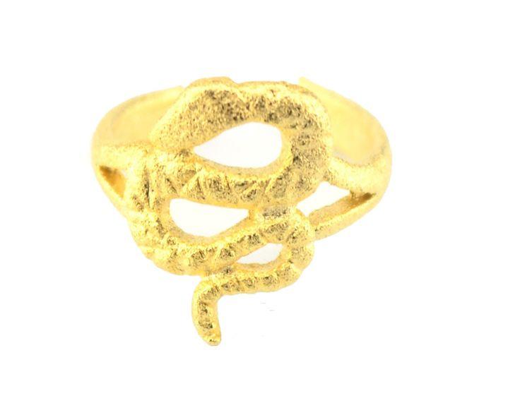 Anel de falange folheado a ouro com detalhe de cobra. Está em alta a representação de animais, principalmente as cobras, sendo seu formato ideal para adornar um anel.