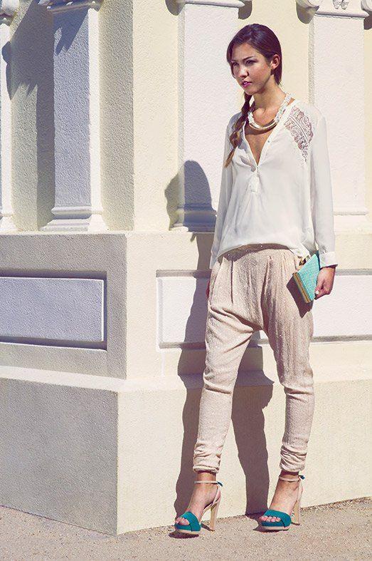 Blusa con encaje de ÂMÈ, pantalón harem versión deluxe de A COLLECTION, sandalias de MARIA MARE, collar de ADA GATTI y bolso de MIMAO