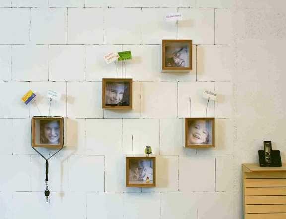 """""""bilbo""""  Persönliche Ablage für den Flur. Die Fotos können einfach und schnell ausgetauscht werden. Material: Sperrholz mit weißer Kunststoffbeschichtung, Plexiglas. Größe: 19 x 19 x 17 cm"""
