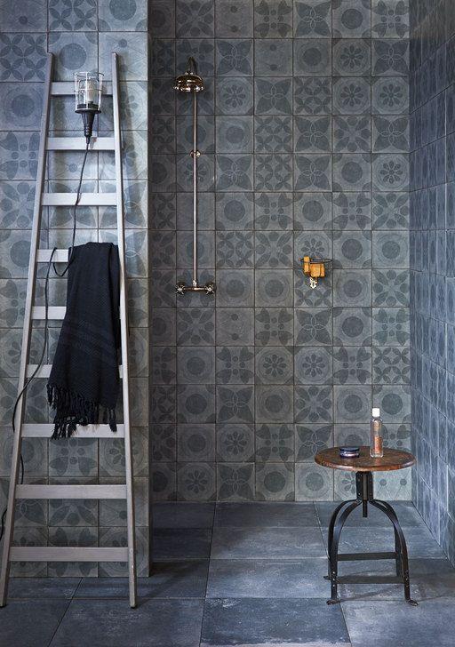 Chic en puur is deze badkamer met dessins van vloer tot plafond. uit vtwonen