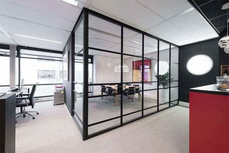 Het kantoor van Interforce in Rijswijk heeft een afgesloten vergaderruimte gecreëerd met behulp van GewoonGers wanden. Vakverdeling naar eigen ontwerp, er is van alles mogelijk! #office #work #werksfeer #kantoor #vergaderruimte #glazenpui #binnenpui #ontwerp #design #maatwerk #interieur #interieurontwerp #werken #ruimte #vintage #modern