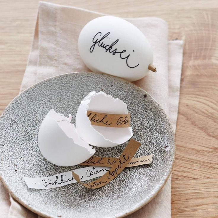 Glückskeks war gestern, zu Ostern darf es das Glücksei sein! Dafür ein Ei auspusten und dann in die obere Öffnung ein zusammengerolltes Zettelchen mit einem...