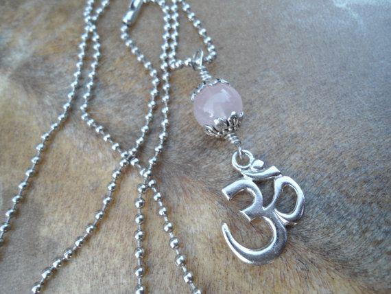 Yoga cadeau Aum pendentif Om pendentif Quartz Rose Om collier Yoga collier OM Aum collier Bijoux spirituels gemme rose amulette Chakra du coeur