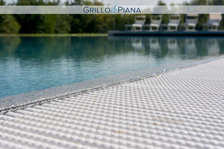 Dettaglio piscina a sfioro con rivestimento in pietra. #infinity #pool