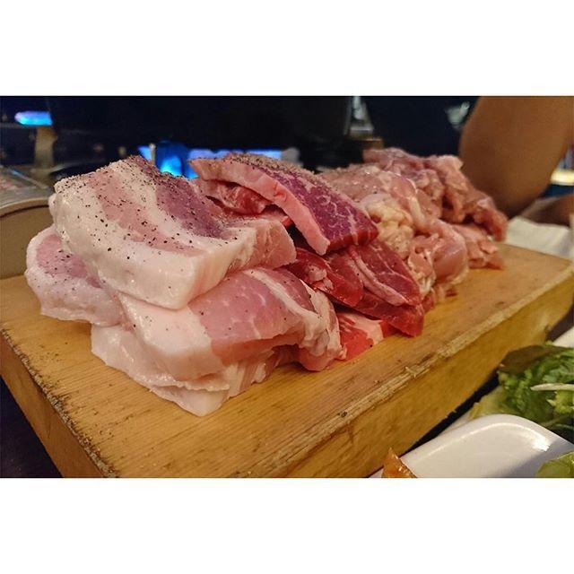 今回は、JR新大久保駅から徒歩5分に位置する韓国料理屋『マニト』を紹介します! このお店の名物はサムギョプサル!! 計600gの4種類のお肉と、キムチ&サラダが食べ放題の【赤字セット】🔥🔥 お値段はなんと!1580円🔥🔥激アツですね🔥🔥 600gというボリュームなので2〜3人でシェアしてもお腹いっぱいになると思います🙆♀️🙆♀️ 食べるのに自信がある方は是非1人でチャレンジしてみてください😻 野菜がたくさん食べられるのもgood👍 その他のメニューも本場ならではの味で、とても美味しいのでオススメです🇰🇷 運が良いと面白い店員さんに会えるかも💭✨ #bamafoods #japan #nonfilter #日本 #新大久保 #韓国料理 #韓国 #Corean #サムギョプサル #Koreanbarbecue #キムチ #kimchi #サラダ #salad #肉 #赤字 #安い #cheap #野菜 #vegetable #delicious #good #tasty #reccomendation #love #food