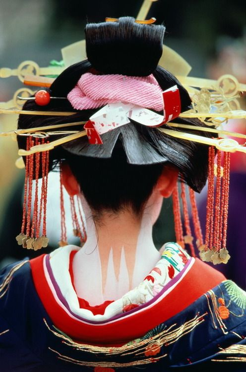 Tag said: Oiran ... the red colar and the 3 legged back paint suggest Maiko. Elaborate hair style could be due to a festival performance.