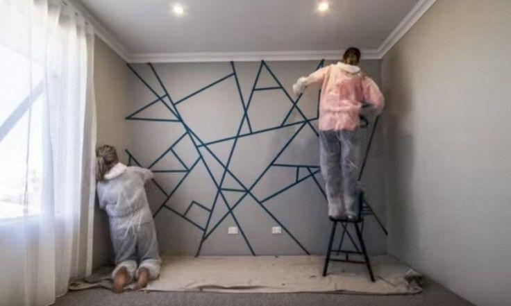 Καλύπτουν τον τοίχο με κολλητική ταινία και ξεκινούν να τον βάφουν. Το τελικό αποτέλεσμα μπορεί να κάνει το δωμάτιο σας αγνώριστο