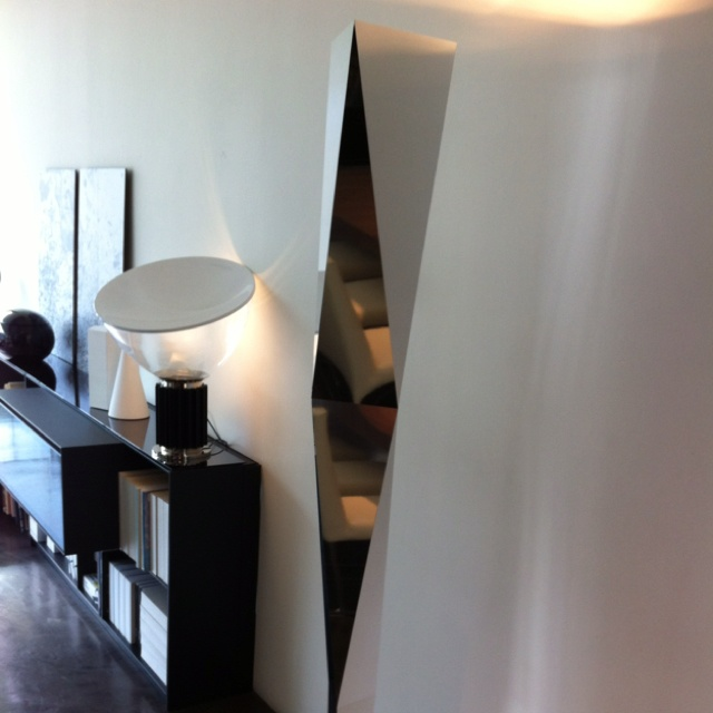 Cool lights in B&B Italia (Diva Group) on corner of S. Robertson Bl & Beverly. The tall floor lamp is Vertigo by Marco Acerbis, manufactured by Fontana Arte.