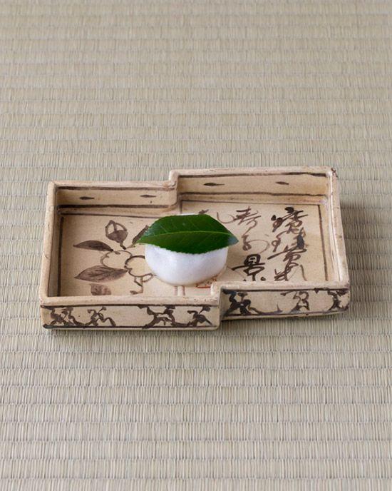 菓=椿餅/芳光 器=銹絵重色紙皿 尾形乾山作 江戸時代