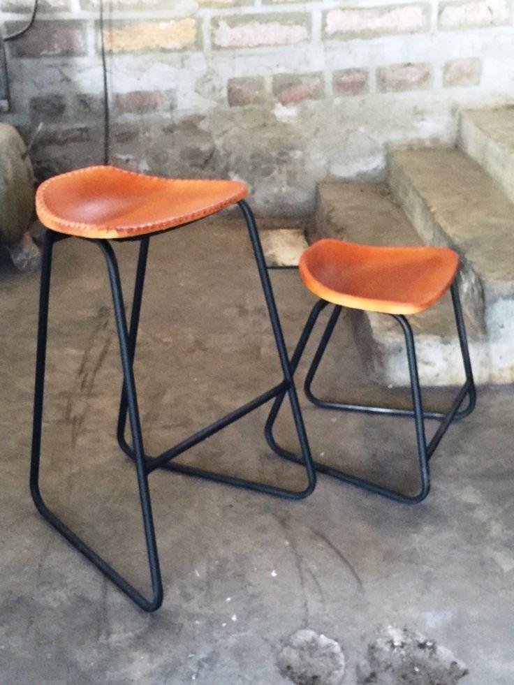 """ie hier mijn eigen nieuwe ontwerp: M.A. Nr. 5. Naam van de stoel : """" VONNIE Chair """". Naam van de barkruk : """" VONNIE Barchair """". Verkrijgbaar in de kleuren Cognac, Camel en Zwart. Zithoogte chair: 45 cm. Zithoogte barchair 70 cm/ 80 cm. Afwerking: met stiksel / zonder stiksel. ** Levertijd ca. 12 weken **"""