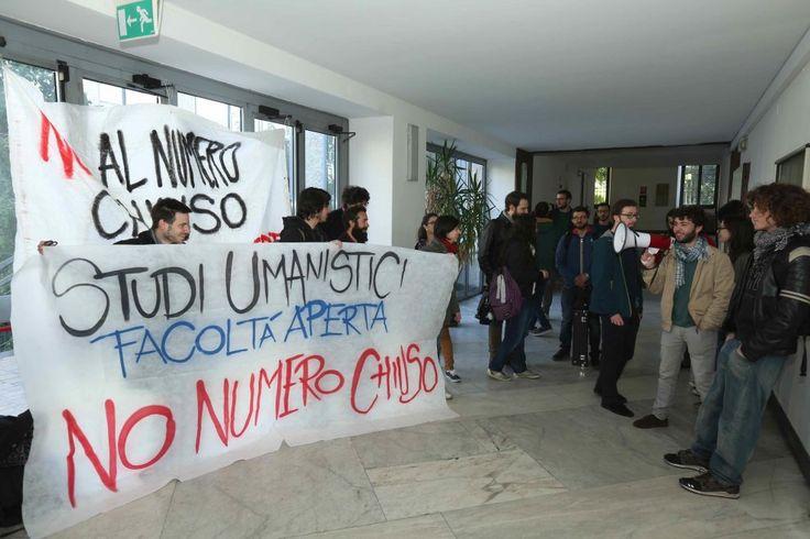 """Statale di Milano, la rivolta degli studenti: """"No al numero chiuso per le facoltà umanistiche"""""""