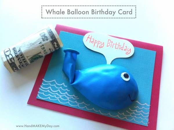 crédit photo Hand make my day  Voici une carte d'anniversaire rigolote dans laquelle vous pourrez glisser un petit mot gentil ou un billet (c'est plus original qu'une simple enveloppe!). Le destinataire n'aura plus qu'à souffler et crever la baleine pour récupérer le mot ou l'argent. Trouvée sur Hand make my day, cette carte plaira à tous les enfants un peu turbulents... Instructions Il n'y a pas de tutoriel mais c'est assez simple : insérez le mot dans le ballon et collez cette dernière sur…
