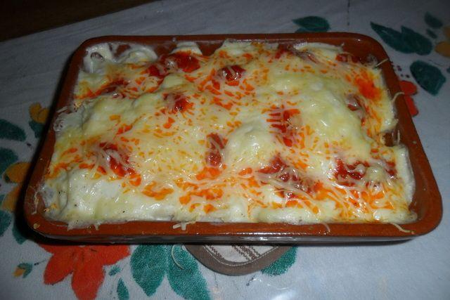 Coliflor gratinada con salsa bechamel y sobrasada. Ver recetas: http://www.mis-recetas.org/recetas/show/40406-coliflor-gratinada-con-salsa-bechamel-y-sobrasada