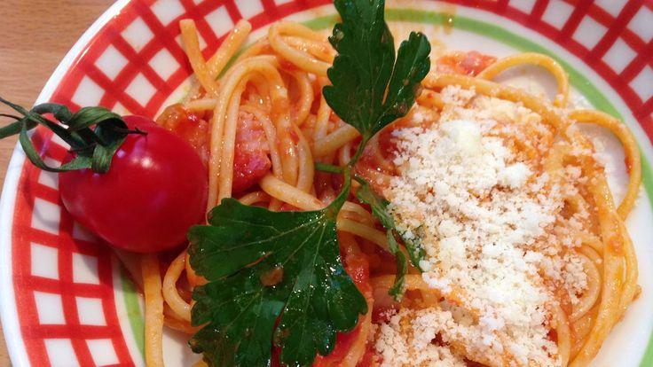 Das perfekte Spaghetti Amatriciana-Rezept mit Video und einfacher Schritt-für-Schritt-Anleitung: Den Frühstücksspeck in dünne Streifen schneiden.