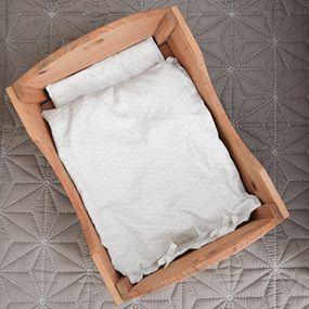 Fina docksängkläder med rosetter från Cam Cam Copenhagen. Tillverkade av ekobomull.