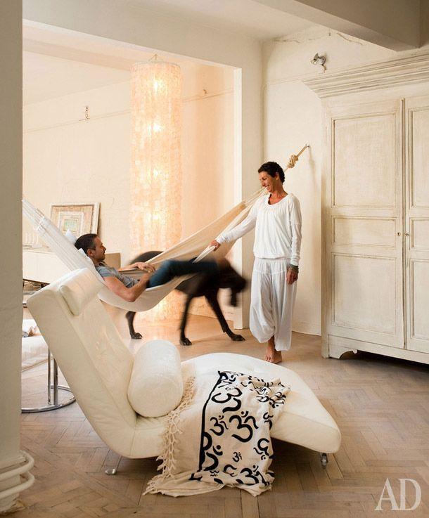 5 способов испортить лофт. Вместо перегородок можно использовать стекло, шторы, раздвижные двери и даже... гамак))) Спальню можно спрятать, а вот кухню или кабинет - не нужно.