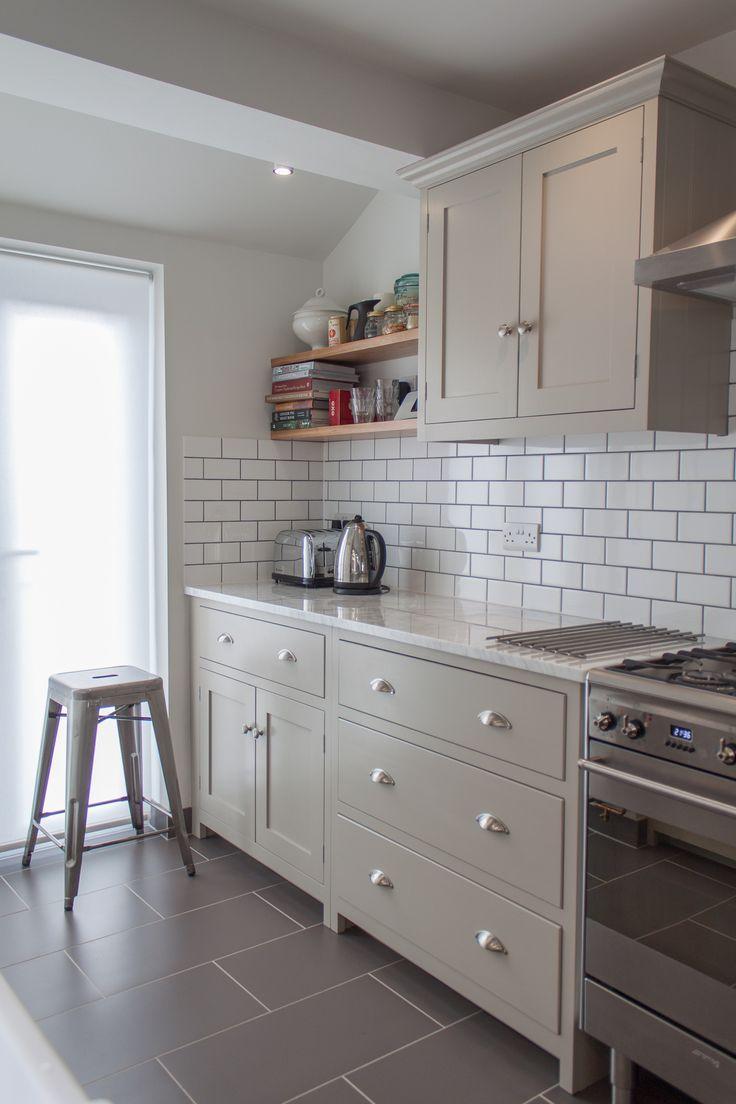 Kittfarbene Einheiten Retro Metro Weisse Fliesen Weisse Arbeitsplatte Downlights Kuchen Ideen Light Grey Kitchens Kitchen Flooring New Kitchen