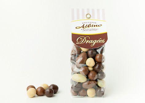 Misto di praline di forma ovale composte da mandorle tostate ricoperte di cioccolato superiore al latte, cioccolato fondente e cioccolato bianco. Gustose e croccanti