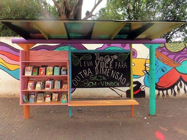 Ponto de ônibus se transforma em biblioteca 24 horas em Cuiabá