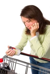 Shopper Using Dry Matter Basis to Compare Wet and Dry Dog Food