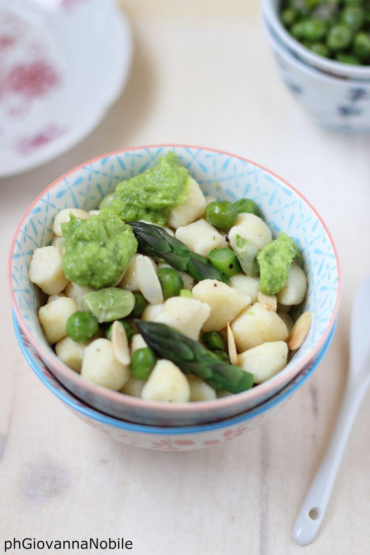 Gnocchi di ricotta di capra con pesto di asparagi e stufato di piselli e fave