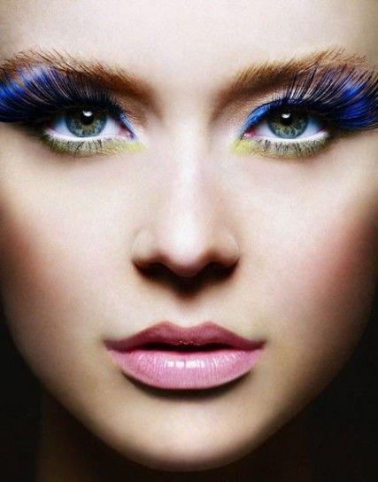 Trucco con ciglia finte blu lunghissimePer chi vuole osare con il make up di Capodanno ecco un look con ciglia finte azzurre e lunghissime