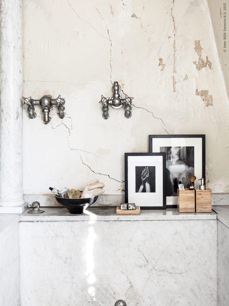 Inspirationsbilder i svarta RIBBA ramar blir ett blickfång med snygg kontrast på badrumshyllan. NÖDVÄNDIG skål, FRÄJEN gästhanddukar, med vackra handgjorda tvålar. DRAGAN tvålkopp, tandborstställ och tvålpump.