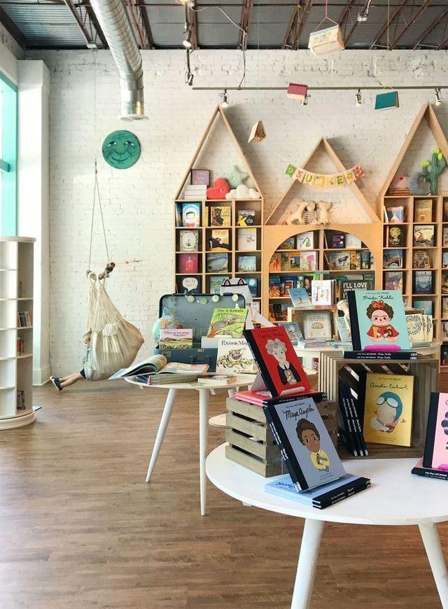 Kinderkamerideeen Uit De Schattigste Kinderboekwinkel Ooit Echt Het Is Geweldig Young House Love Kinderkamer Kinderboekenkast Kinderkamer Ontwerp