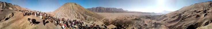 Di kaki gunung Bromo memandang gunung Batok dan keriuhan para pendaki yang berusaha menuju puncak Bromo.