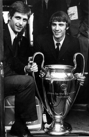 Rivera, a sinistra, e Prati con la Coppa dei Campioni: ne ha vinte due, entrambe con il Milan. Ap