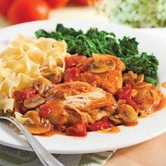 POULET CACCIATORE (Pour 4 P : 30 ml (2 c à s) d'huile d'olive, 4 poitrines de poulet, sel/poivre, 1 oignon, 15 ml (1 c à s) d'ail haché, 10 champignons, 125 ml (1/2 tasse) de vin blanc, 15 ml (1 c à s) de vinaigre de vin rouge, 45 ml (3 c à s) de pâte de tomates, 5 tomates coupées en dés, 25 cl (1 tasse) de bouillon de poulet, 12 olives noires, 15 ml (1 c à s) de basilic haché, 15 ml (1 c à s) de persil haché)