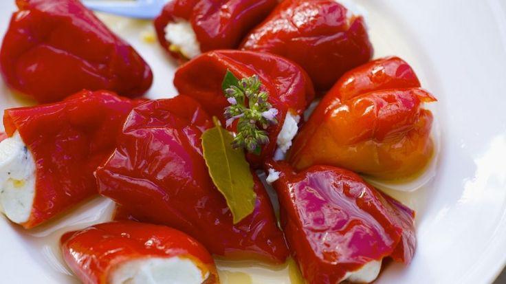 Die dürfen auf keiner griechischen Vorspeisenplatte fehlen: Spitzpaprika mit Schafkäsefüllung | http://eatsmarter.de/rezepte/spitzpaprika-mit-schafkaesefuellung