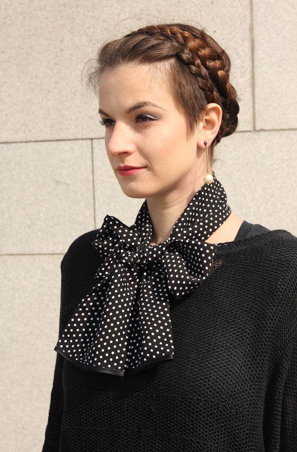 Puntíky bílé - šálka * Šálka je vyrobená z puntíkovaného batistu (splývavý materiál, příjemný na omak) *Podkladová barva je černá, vzor - puntíky- je v barvě bílé * Dolní kraje šálky jsou začištěnyatlasovým proužkem v černé barvě * Noste uvázanou na mašli, jako kravatu,ponechtevolně či ovažte kolem hlavy a zavažte na uzlík! * 100% viskóza * Rozměr ...