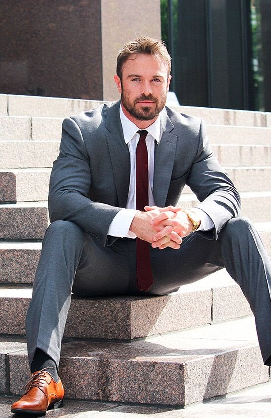 Hair, beard, suit, shirt, tie and shoes.