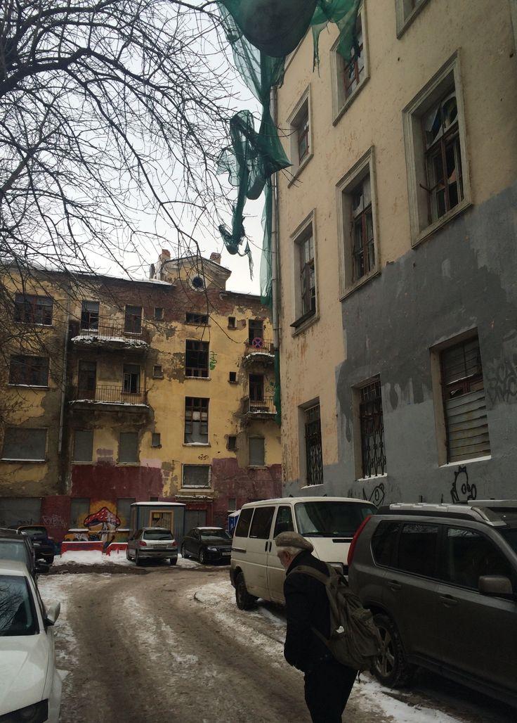 Наслаждайтесь атмосферой заброшенных, забытых и недолюбленных домов по соседству с антикризисным агентством по проведению процедур банкротства