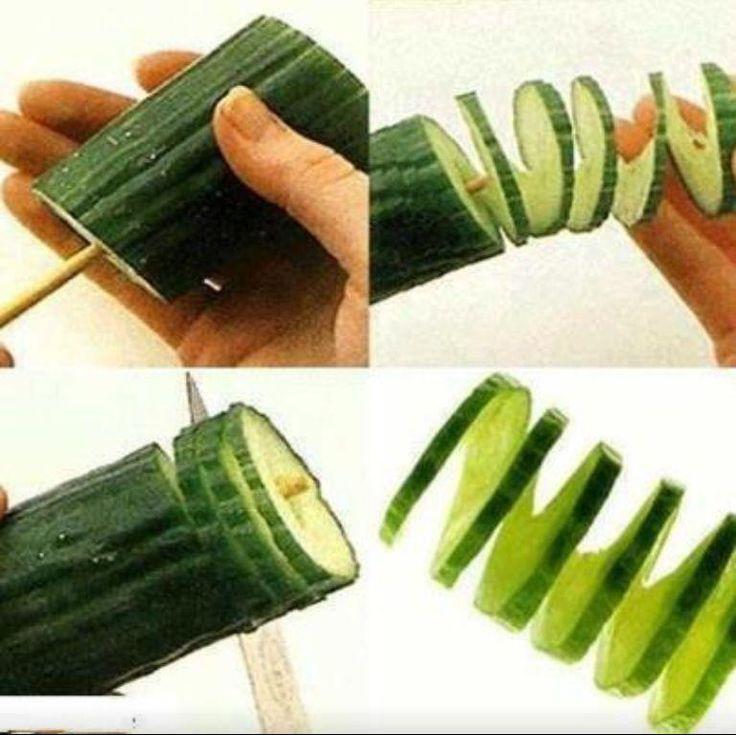 Komkommer draaien terwijl je aan het snijden bent