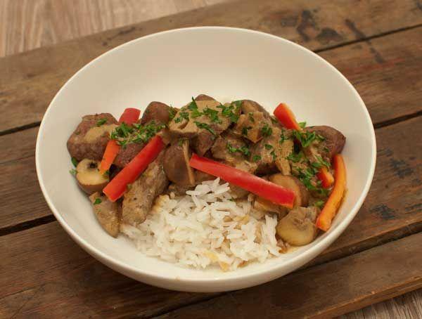Boeuf stroganoff is één van mijn favoriete gerecht. Mals vlees en champignons in een romige en kruidige saus. Lekker met rijst, pasta of brood.