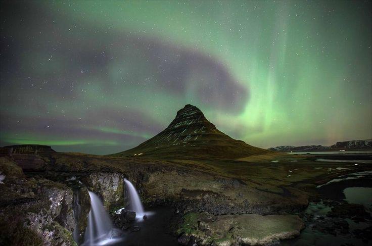 Το Βόρειο Σέλας στην Ισλανδία. Το Βόρειο Σέλας «χρωματίζει» τον ουρανό στο Kirkjufell της Ισλανδίας.