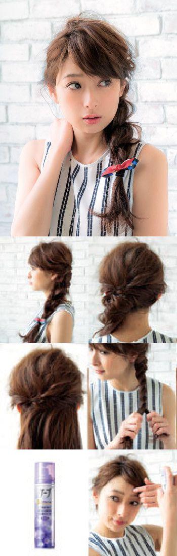 雨に負けないヘアアレンジ<結ぶ×ロングヘア> 1.耳上の毛束をねじってハーフアップにする 2.2本の毛束を交差させて3つ編み風に 3.前髪の流れをスプレーでキープ