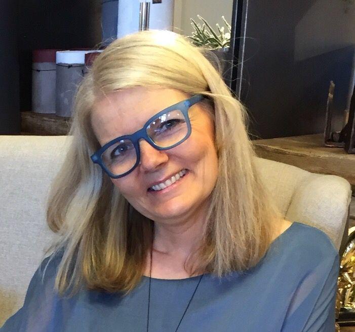 Skjønne Lise hos JOY i Blomsterdalen med sine fine blå Thorberg lesebriller.