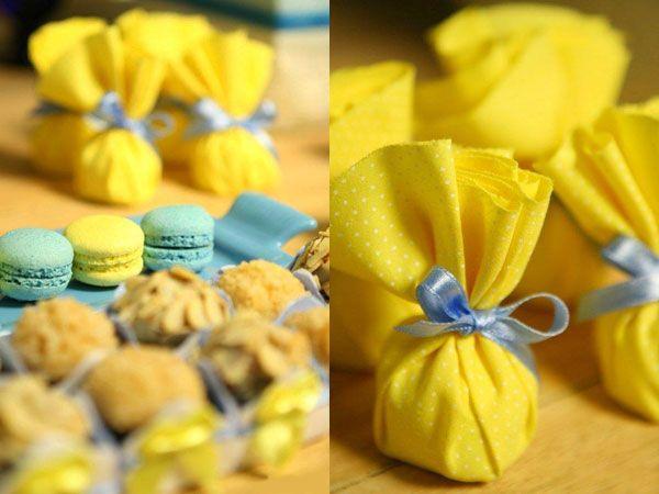 Mesa de doces chá de bebê  macarrons docinhos azul e amarelo (Doce: Happy Happenings   Foto: Kit Gaion)