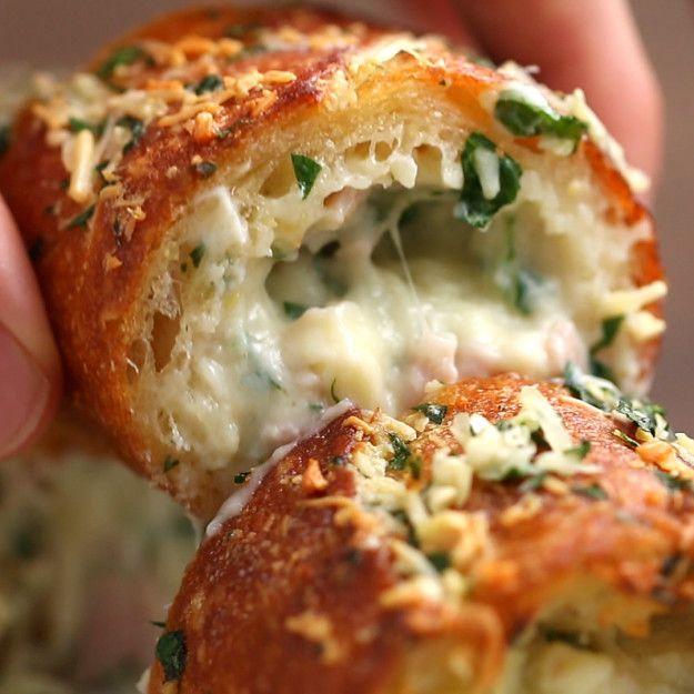 E se ele fosse recheado com presunto e queijo? | Um pão de alho recheado com presunto e queijo é o presente que você merece