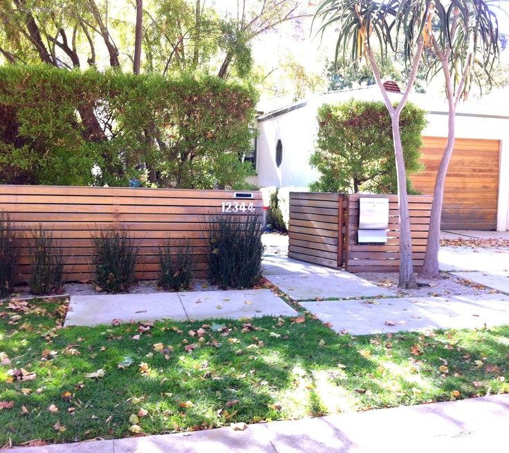 Horizontal wooden fences love the horizontal wood fence for Small front yard fence ideas