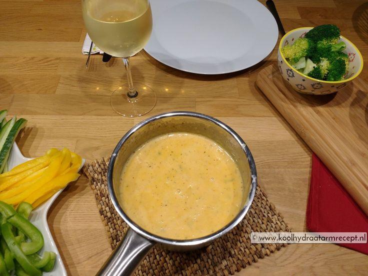Kruidige tomaat kaasfondue! Je kan prima deze kaasfondue eten als je koolhydraatarm eet. Hoewel kaas 0 khd bevat, toch voorzichtig vanwege de calorieën.