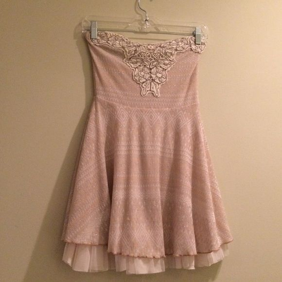 XS Free People dress Cute Free People dress. Pale pink, with Aztec pattern and sparkly silver thread woven throughout. Crochet detailing on bodice. Tulle underlay. Size XS. Free People Dresses
