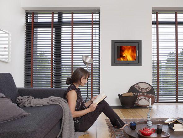 Megasize persienner giver en fantastisk effekt i stuen. Med de brede textilbånd kan du tilføre en effektfarve, der gør dem anderledes og helt sine egne #persienner #stue #luxaflex #luxaflexdk #gardiner #gardininspiration