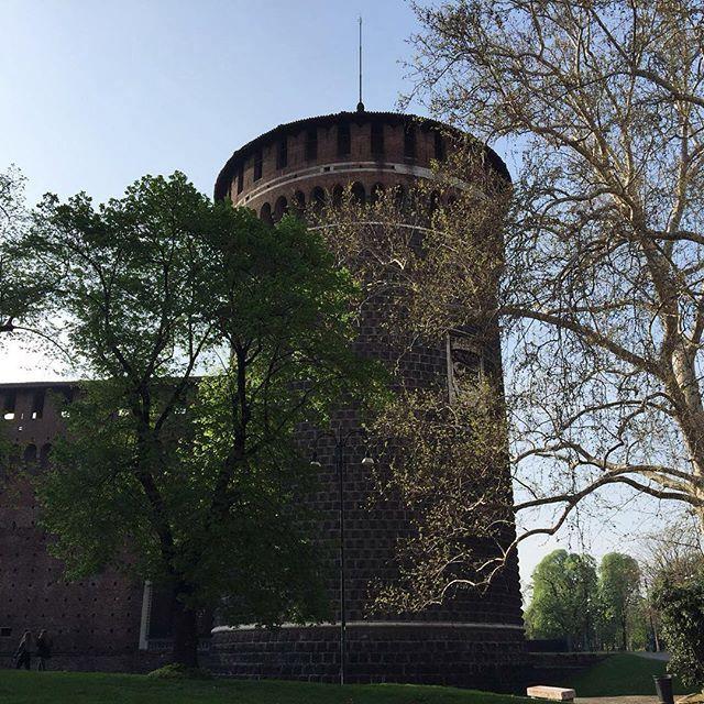 #olhomágicocj @jaderalmeida O Castello Sforzesco é um ícone absoluto em Milão e parte integrante da história da cidade. O que chama atenção são as torres localizadas nos quatro cantos do monumento e orientadas ao longo dos pontos cardeais. A imagem da Torre com formato cilíndrico emoldura uma das fachadas do castelo #milão2016 #milão #design